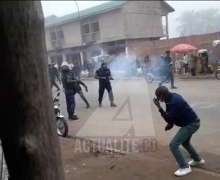 Police Nationale Congolaise, faisant usage de gaz lacrymogène pour disperser des manifestants. Ph/Actualite.cd