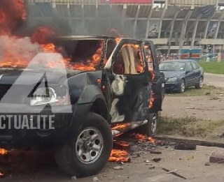 Une jeep de la police incendiée/Ph ACTUALITE.CD