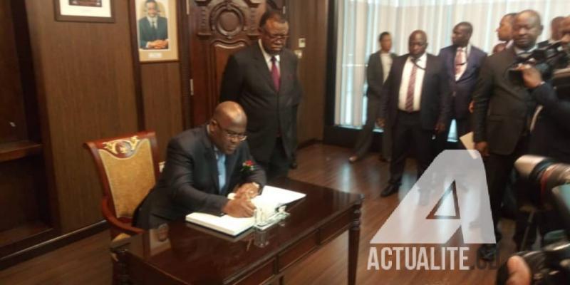 Le président Félix Tshisekedi signant dans le livre d'or au palais présidentiel de la Namibie à Windhoek/Ph Stanis Bujakera Tshiamala ACTUALITE.CD