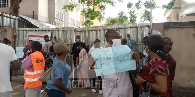 Manifestation des agents de la riposte contre Covid-19 manifestent devant l'INRB/Ph ACTUALITE.CD