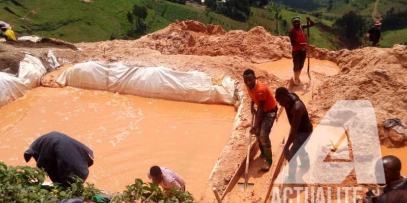 Illustration. Des creuseurs artisanaux dans une carrière d'exploitation de coltan à Masisi