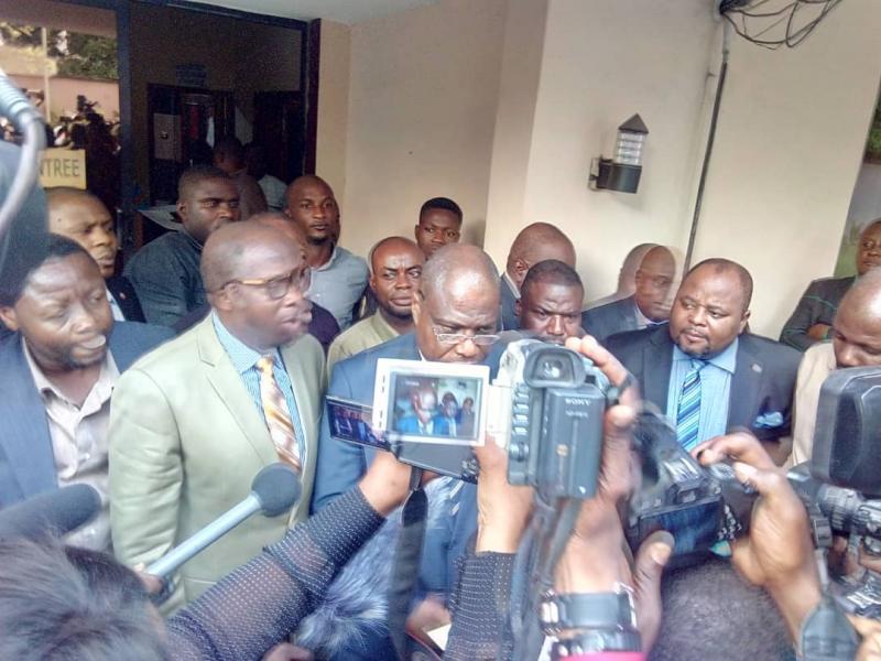 Les opposants lisant la déclaration pour la marche contre la machine à voter (Photo Stanys Bujakera Tshiamala/ACTUALITE.CD)