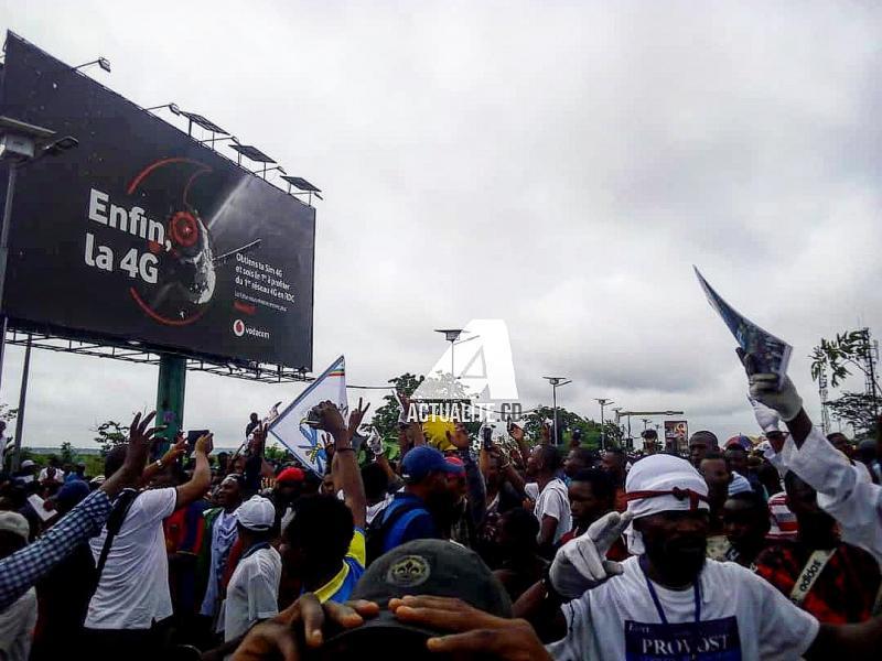 Les militants de l'UDPS et de l'UNC à l'aéroport de N'djili pour accueillir Vital Kamerhe et Félix Tshisekedi/Ph. Christine Tshibuyi