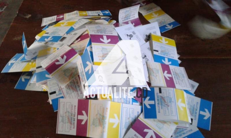 Les bulletins lors du dépouillement dans un bureau de vote à Lubumbashi.