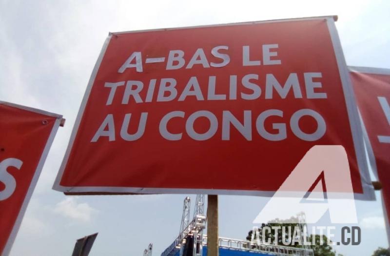 Un des panneaux au meeting de la coalition Lamuka à la place St Thérèse à N'djili.