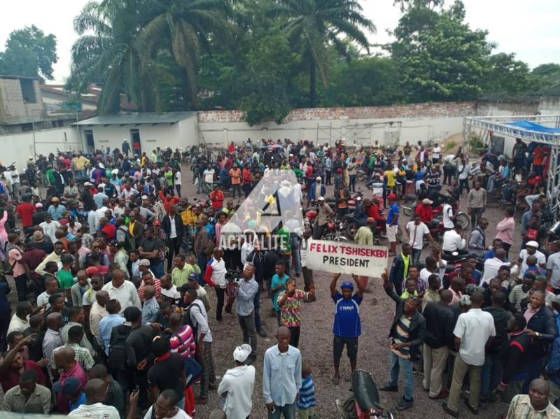 Les militants de l'UDPS au siège du parti à Limete.