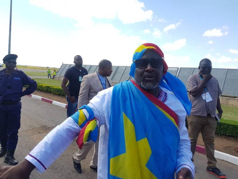 Frank Diongo à l'aéroport/ Ph. Christine Tshibuyi