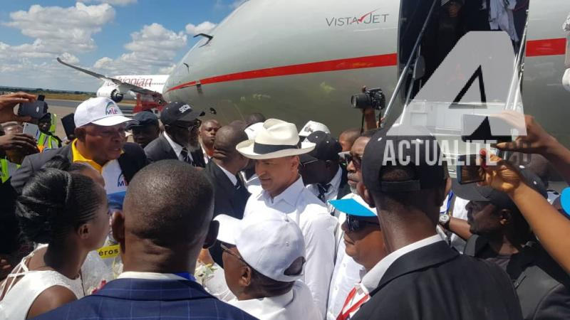 Moise Katumbi à la descente de l'avion. Ph/Christine Tshibuyi