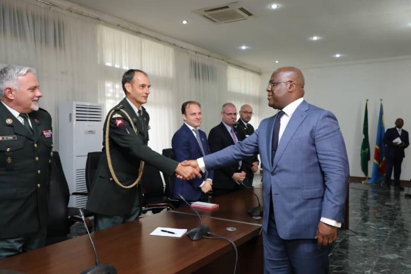 Le président Félix Tshisekedi saluant le général-major Philippe Boucké, adjoint du chef de l'état-major de la Défense de la Belgique au cours d'une rencontre à Kinshasa/Ph Présidence